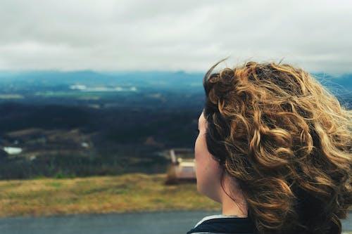 凝視, 女孩, 山, 棕髮 的 免费素材照片
