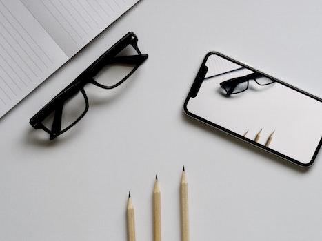 Kostenloses Stock Foto zu iphone, smartphone, schreibtisch, notizbuch