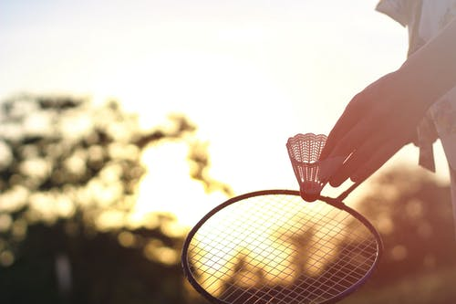 Gratis arkivbilde med badminton, badminton racket, hender, kasteball