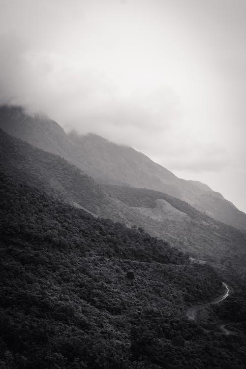 Gratis lagerfoto af bjergside, gråtoneskala, landskab