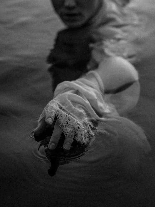 Ilmainen kuvapankkikuva tunnisteilla harmaasävyt, käsi, märkä