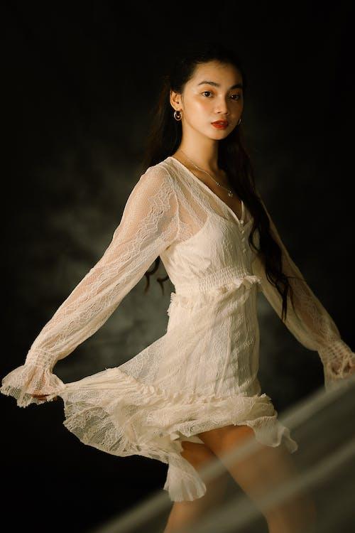 คลังภาพถ่ายฟรี ของ การยืน, ชุดเดรสสีขาว, น่ารัก