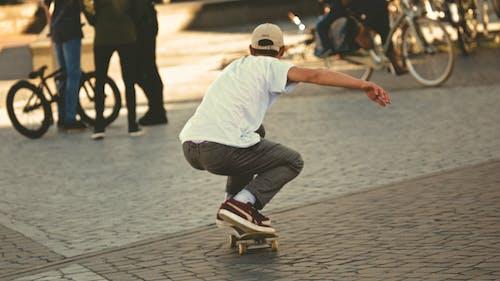 年輕人, 溜冰, 溜冰者, 滑板 的 免费素材照片