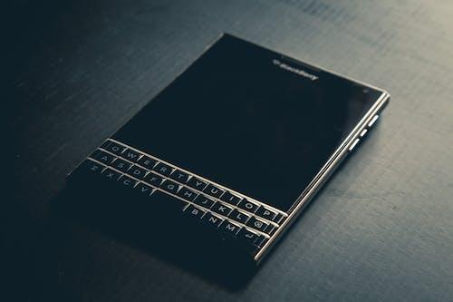 Darmowe zdjęcie z galerii z blackberry, jeżyna, klawiatura, paszport