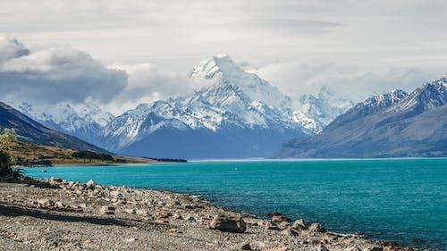 Foto profissional grátis de água, cênico, luz do dia, montanha rochosa