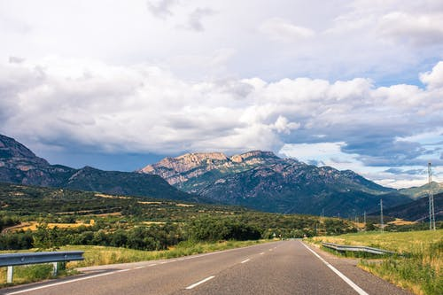 Kostenloses Stock Foto zu asphalt, autobahn, berge, felsen