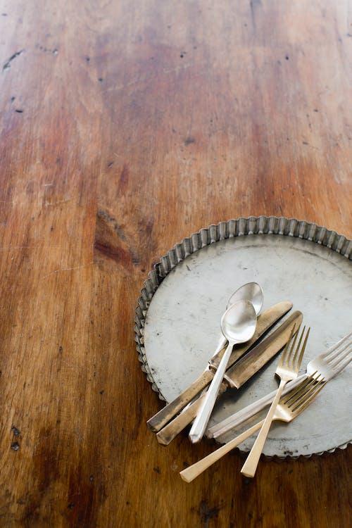 Immagine gratuita di natura morta, piano in legno, posate