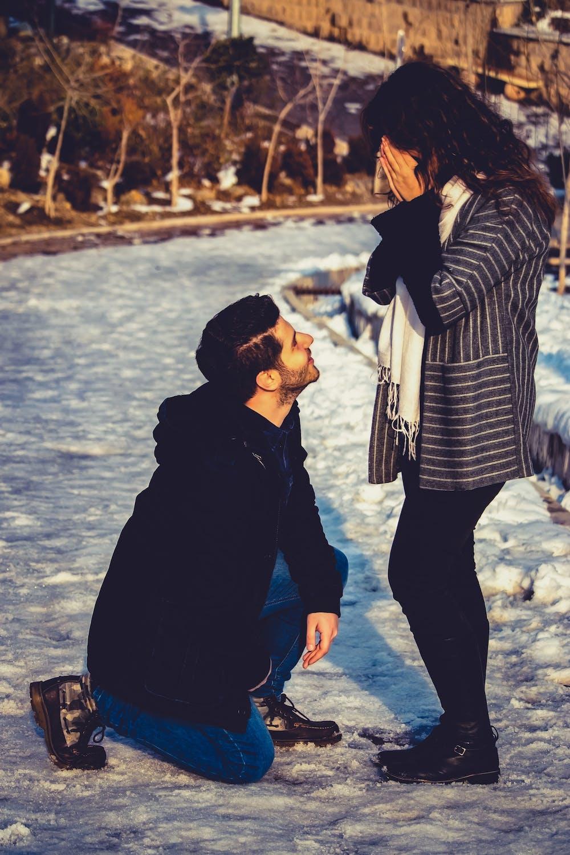 Homme agenouillé devant une femme | Photo : Pexels