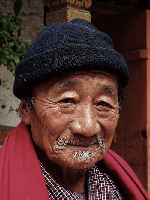 Lächelnder Mann Mit Rotem Schal Und Schwarzer Mütze