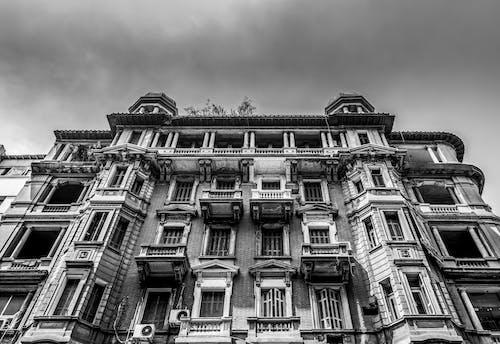 Foto d'estoc gratuïta de arquitectura, balcons, blanc i negre, disseny arquitectònic