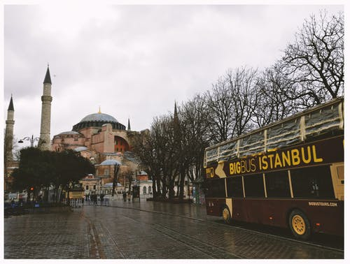 Brown Bigbus Istanbul In Viaggio Su Strada Vicino A Brown Dome Building