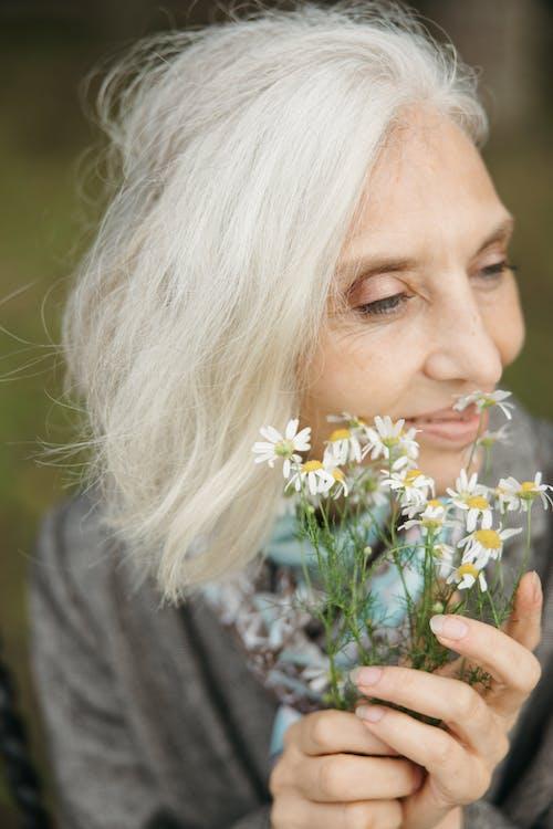 Photos gratuites de âgé, cheveux blancs, femme