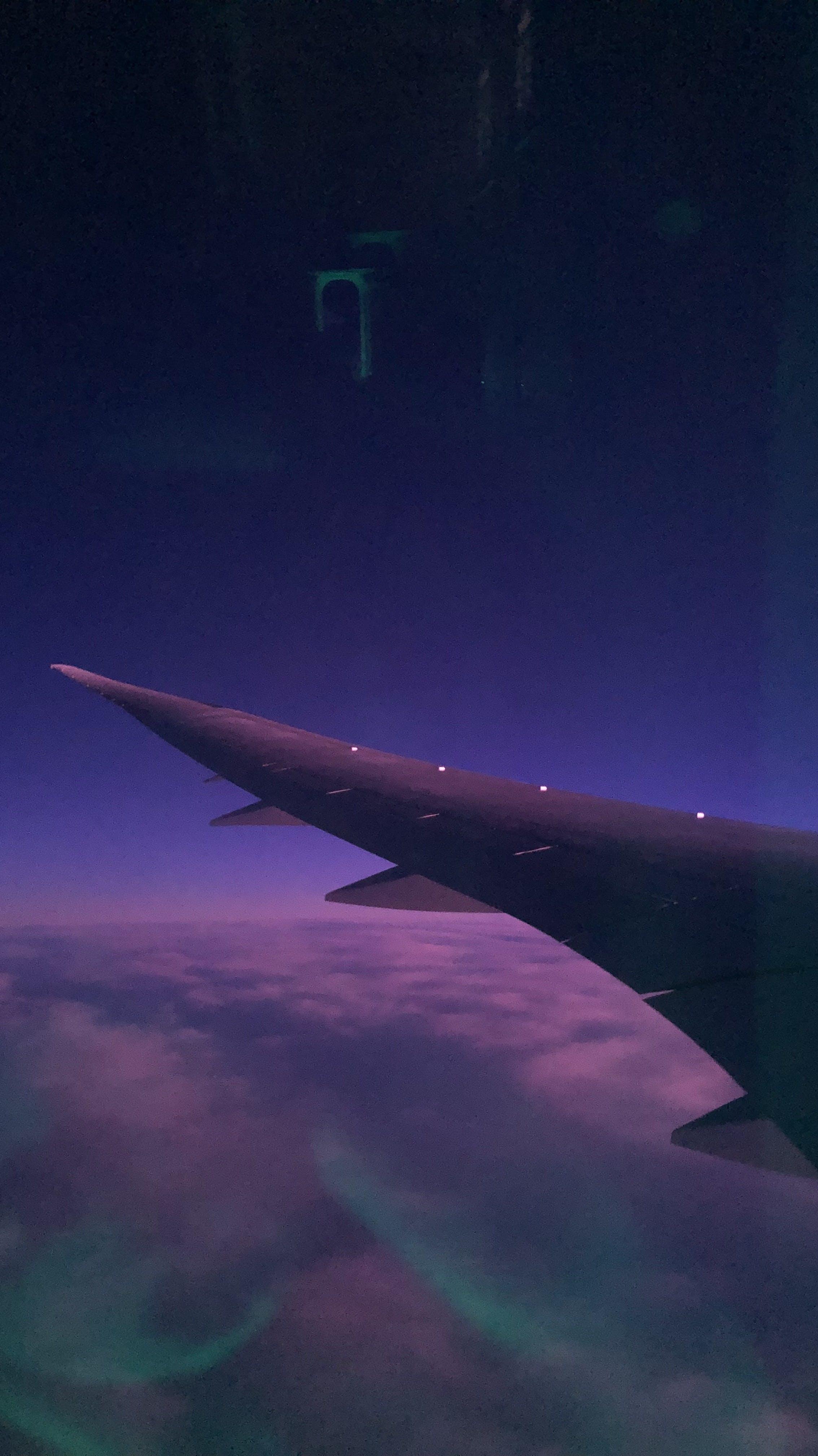 Fotos de stock gratuitas de ala de avión, ambiente, avión, azul y morado
