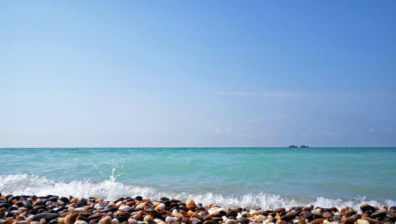 bord de mer, cailloux, ciel