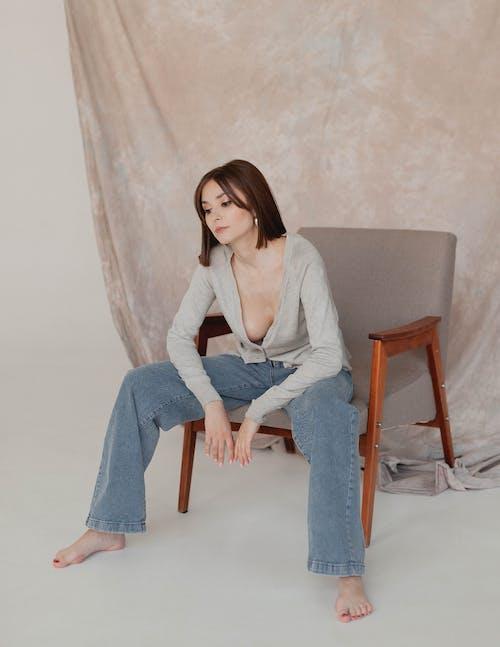 Foto stok gratis atraktif, berambut cokelat, bertelanjang kaki
