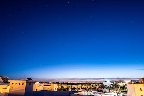 Безкоштовне стокове фото на тему «city_skyline, блакитне небо, верхівки даху»