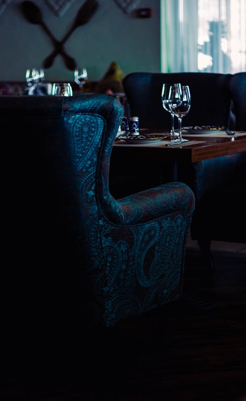 Kostnadsfri bild av inne, inomhus, stolar, vinglas