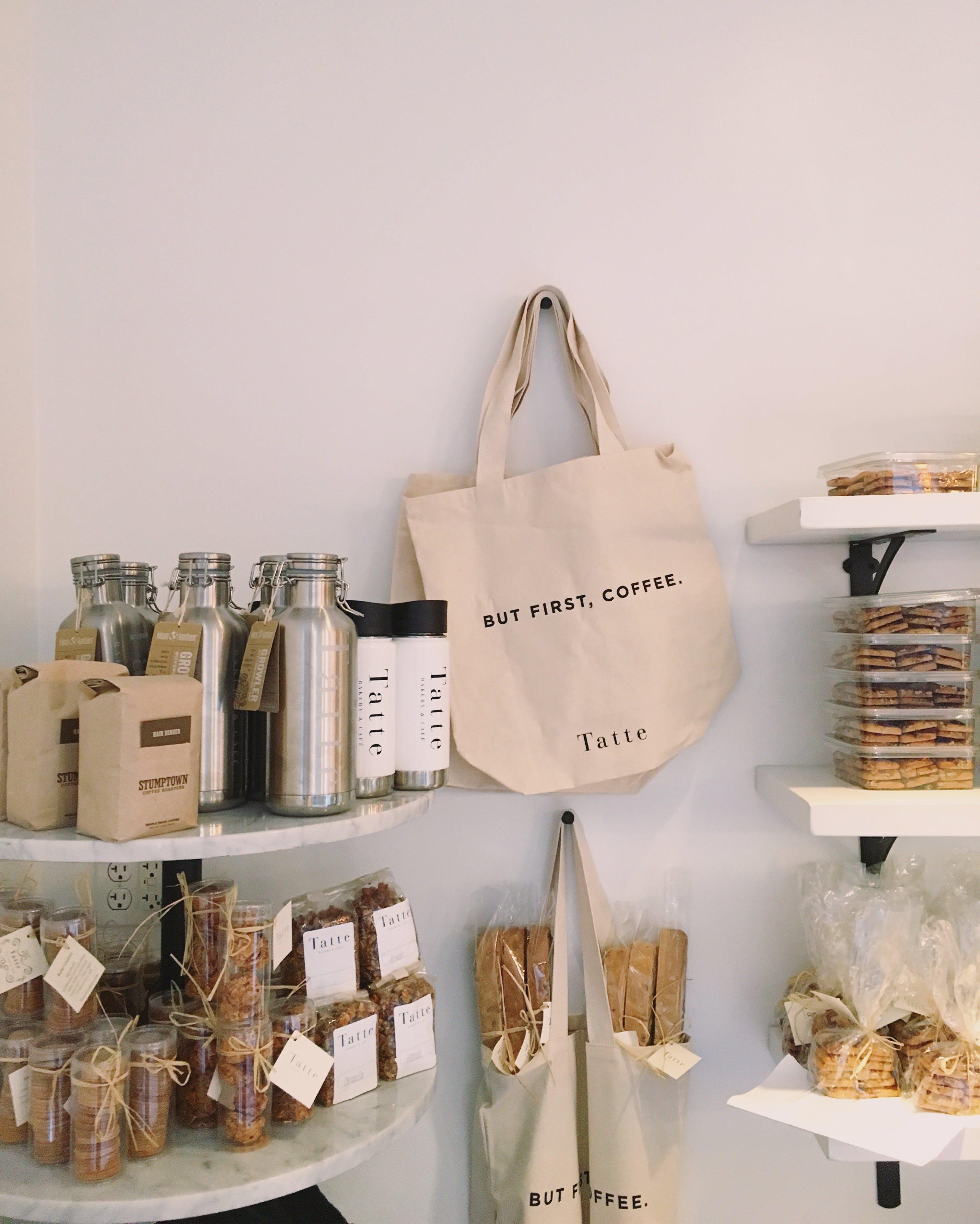 Základová fotografie zdarma na téma lahve, obchod, police, tašky