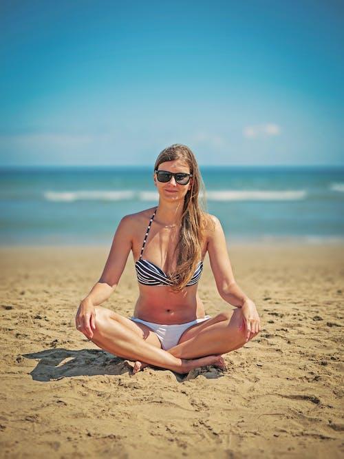 Бесплатное стоковое фото с берег, бикини, волны, девочка