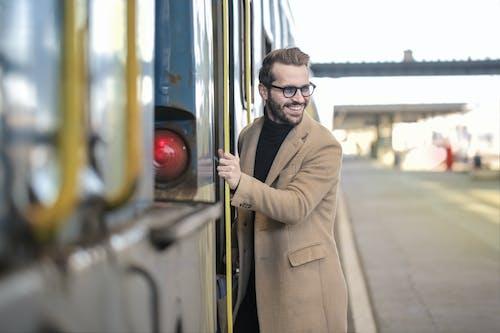 Homme Sur Le Point D'entrer Dans Le Train