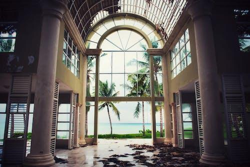 Foto profissional grátis de arquitetura, arruinado, colunas, danificado