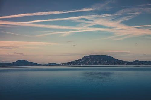 Безкоштовне стокове фото на тему «вода, гора, Денне світло, денний час»