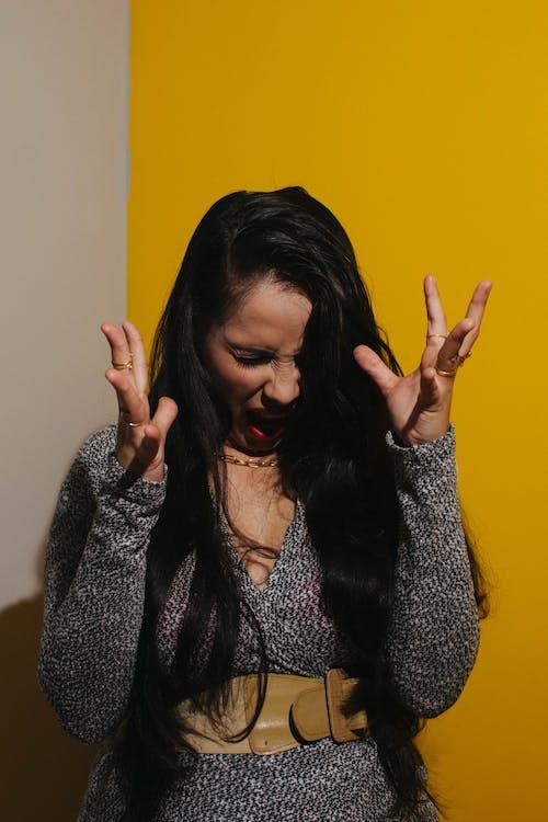 Foto profissional grátis de amarelo, grito, rosto de mulher