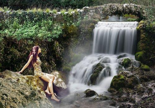 Бесплатное стоковое фото с водопад, девочка, мост, мшистые камни