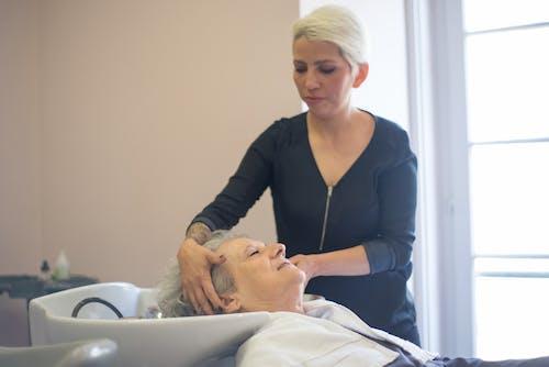 Foto profissional grátis de cabeleireiro, cliente, dentro