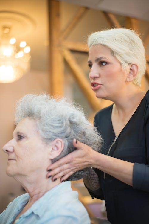 Foto profissional grátis de atendimento, cabeleireiro, cliente