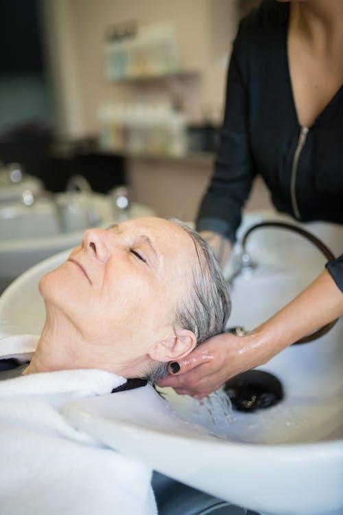 Foto profissional grátis de cabeleireiro, cliente, cura