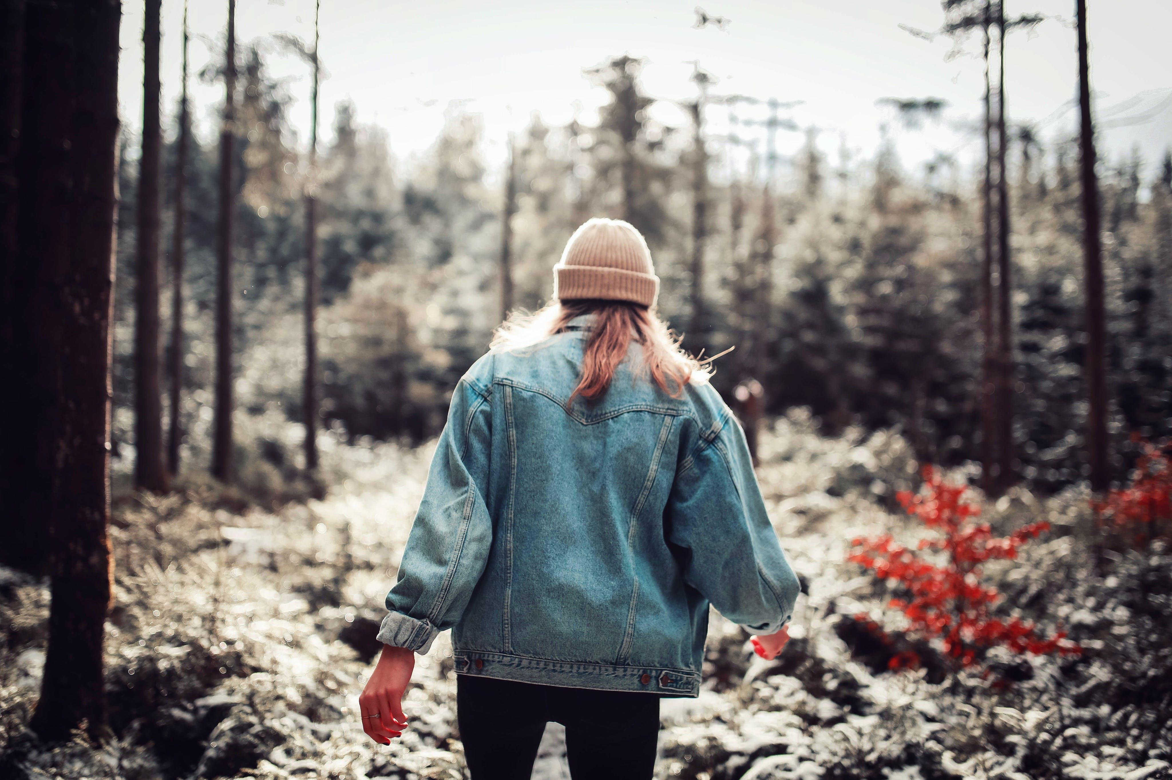 Základová fotografie zdarma na téma denní, les, nosit, osoba