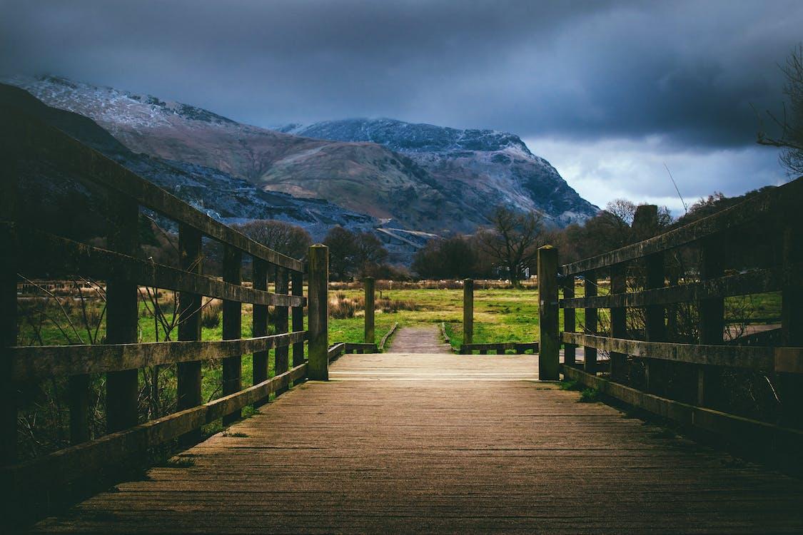 chmury, drewniany most, dzień