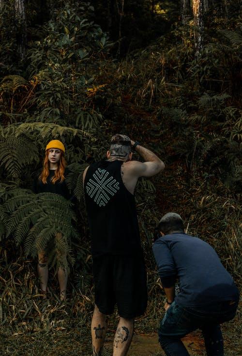 Foto profissional grátis de adulto, arma, árvore