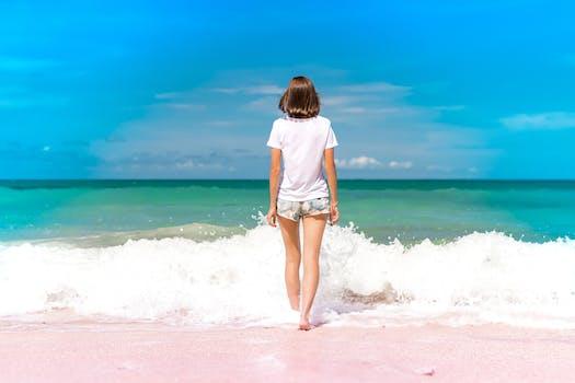 Mujer de pie en la orilla del mar