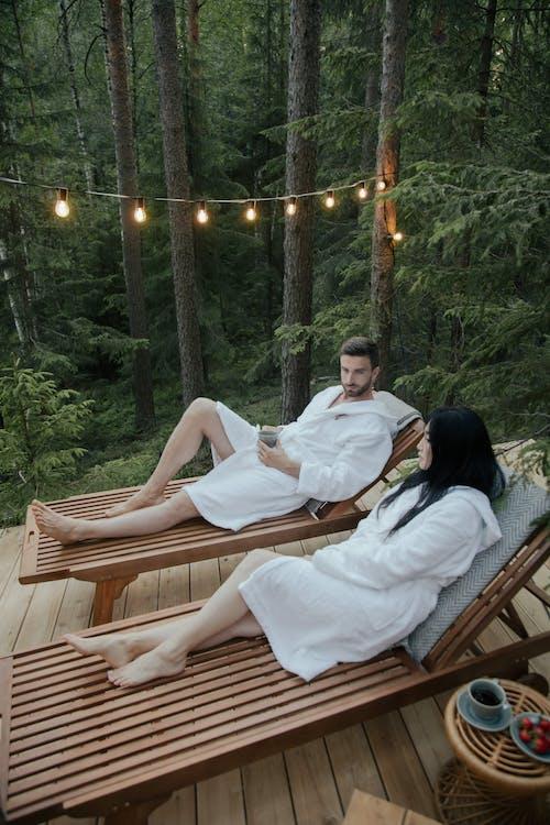 Gratis stockfoto met badjassen, blootsvoets, blote voeten