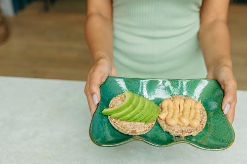 คลังภาพถ่ายฟรี ของ การถ่ายภาพอาหาร, ขนมขบเคี้ยว, อะโวคาโดขนมปังปิ้ง