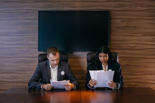 associates, bakmak, belgeler içeren Ücretsiz stok fotoğraf