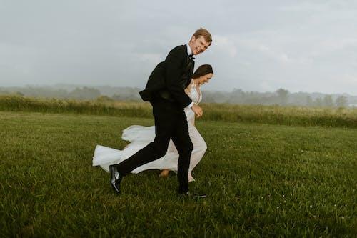 Безкоштовне стокове фото на тему «весілля, Дівчина, дощ»