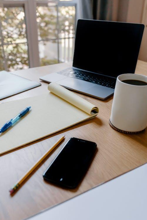 Бесплатное стоковое фото с блокнот, гаджеты, карандаш