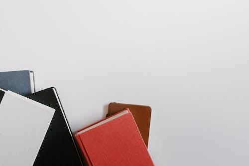 Gratis arkivbilde med dagbok, diverse, hvit bakgrunn