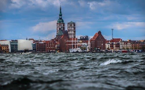 binalar, dalgalar, dar açılı çekim, deniz içeren Ücretsiz stok fotoğraf
