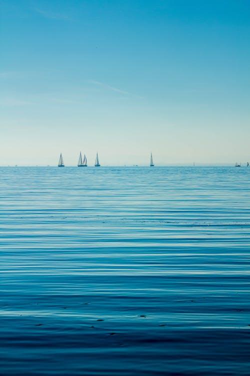 člny, krajina pri mori, malé plachetnice