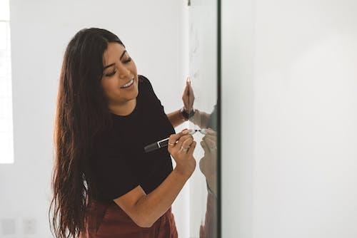 Mulher Escrevendo No Quadro Branco