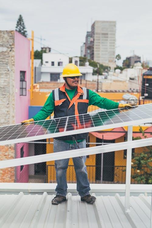 Técnico Solar Apoyado En El Panel Solar
