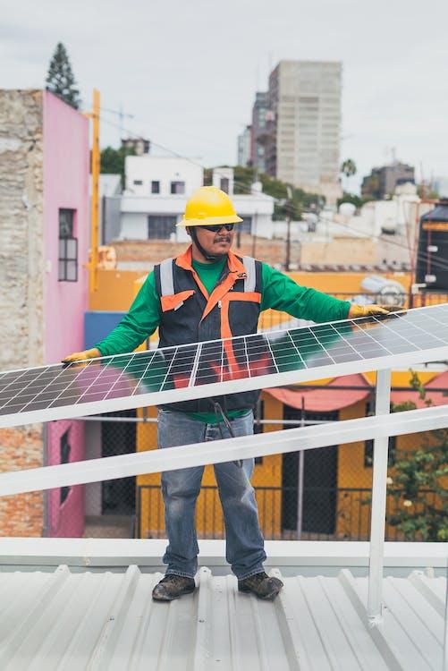 Солнечный техник, опираясь на солнечную панель