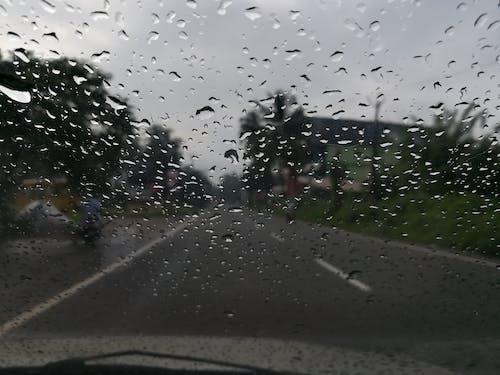Gratis arkivbilde med biltur, lang vei, regn, regndråper