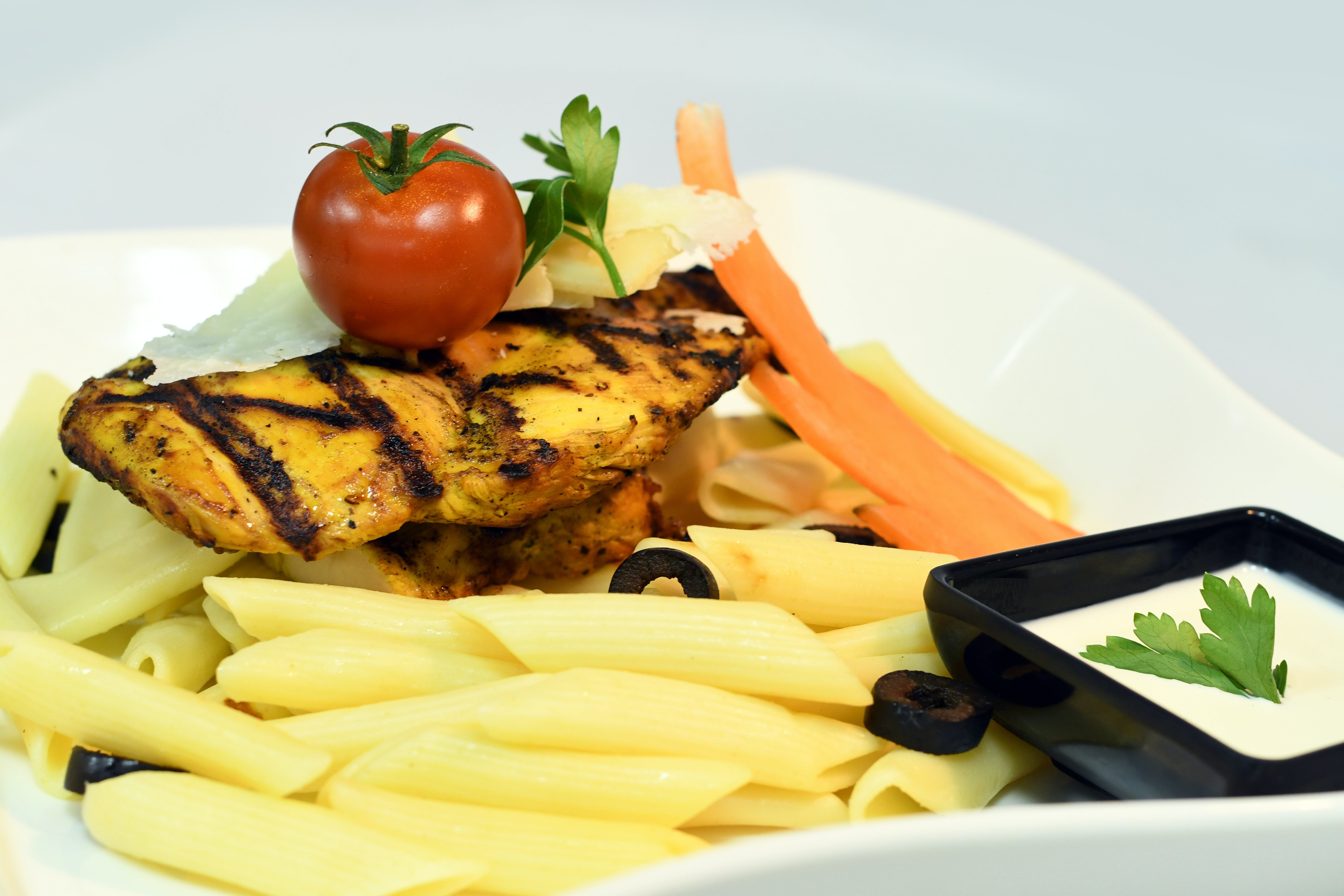 Macaroni With Tomato and Grilled Chicken