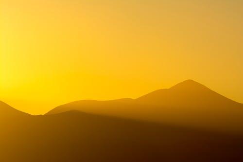 Foto d'estoc gratuïta de capvespre, muntanyes, posta de sol