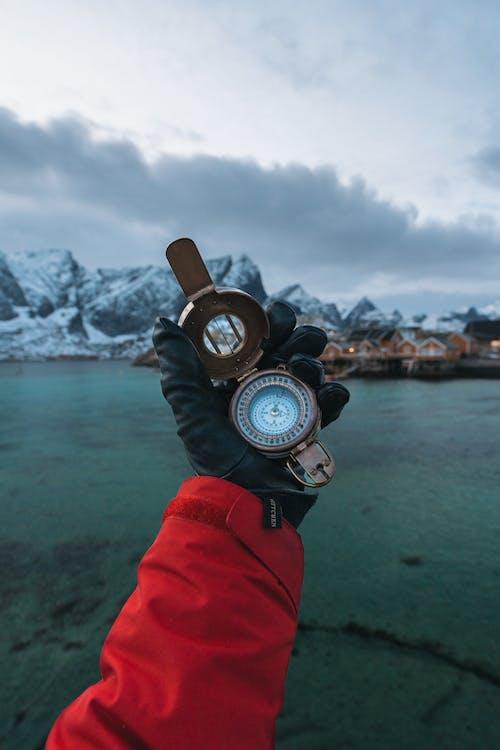 Бесплатное стоковое фото с гора, держать, компас, море